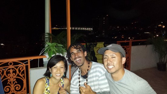 Abraco Carioca- Favela hostel: Night time on the balcony