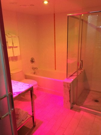 Flamingo Las Vegas Hotel & Casino: Go Deluxe bathroom