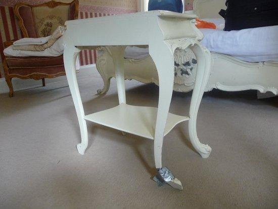 Manor Park Hotel: Broken table leg wrapped in gaffer tape
