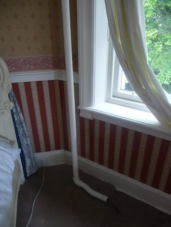 Manor Park Hotel: Galvanised iron pipe next to bed