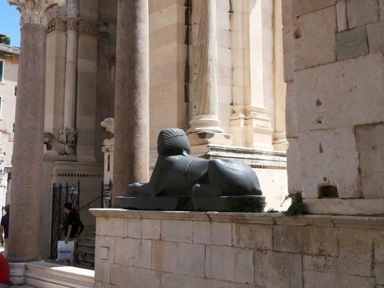 Dioklecijanova (Cardo Maximus) : Esfinge Spit
