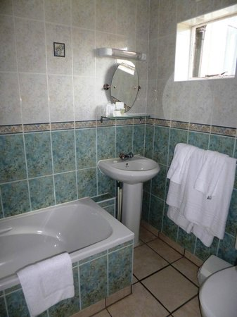 Helen Hotel: Compact en suite bathroom