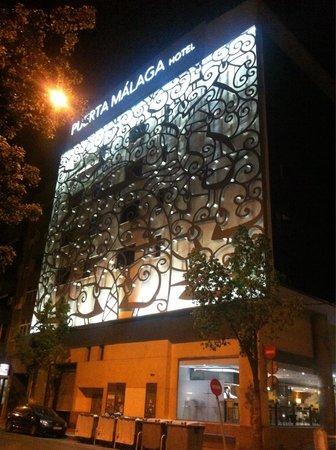 Hotel Silken Puerta Malaga: Facciata illuminata di notte
