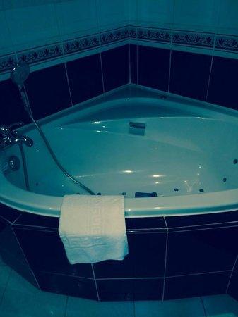 Augeval Hotel : baignoire dans la chambre
