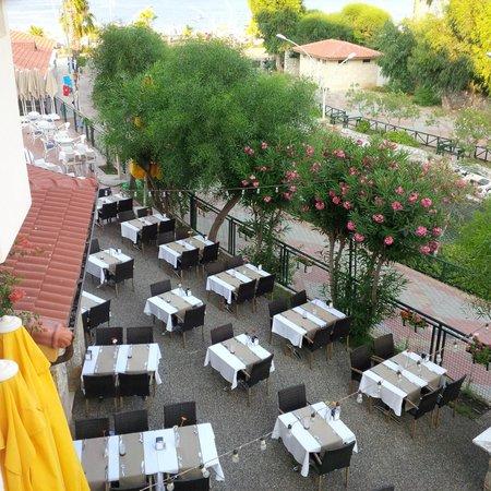 Fortuna Beach Hotel : Restaraunt outside area