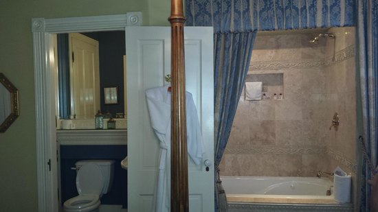 The Cedar House Inn : Small Bathroom