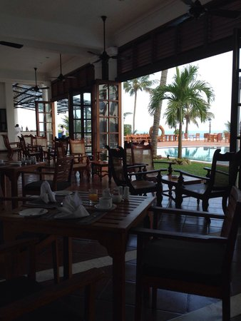 Mount Lavinia Hotel: Restaurant area by the pool