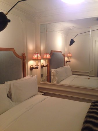 The Marlton Hotel : Small room but charming decor and lighting compensates.
