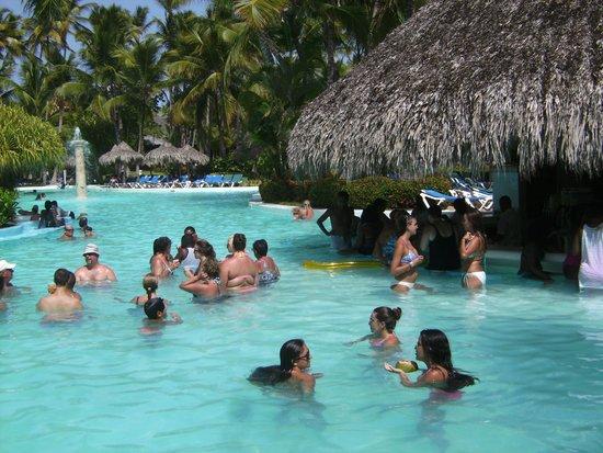 Meliá Caribe Tropical: poolside bar