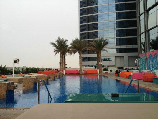 Media One Hotel Dubai : Piscine au 8ème étage