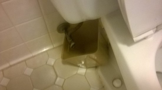 Americas Best Value Inn - Collinsville / St. Louis: Hotel's solution to leaking toilet