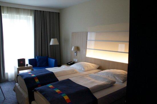 Park Inn by Radisson Frankfurt Airport: Doppelzimmer mit Blick Richtung Frankfurter Flughafen