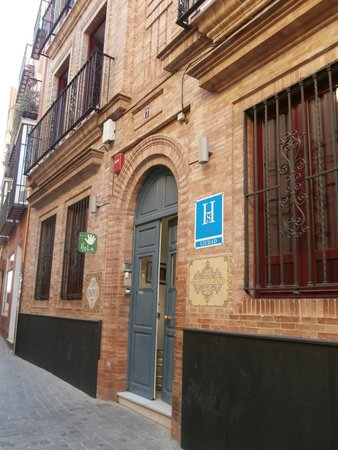Grand Luxe Hostel: ingresso su calle don remondo