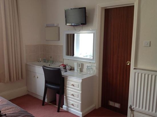 Queenswood Hotel : room 5 with the vintage sink