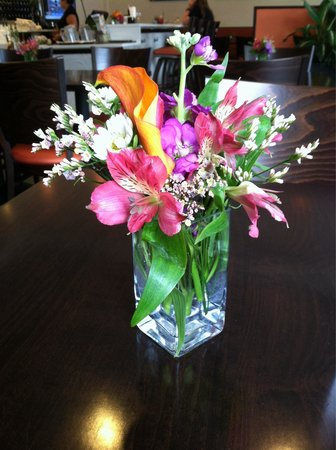 Hibiscus Thai Cuisine : Fresh flowers on every table