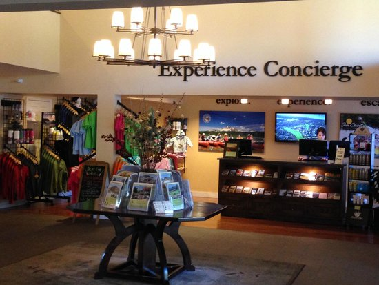 The Lodge at Eagle Crest : Gift shop in lobby.