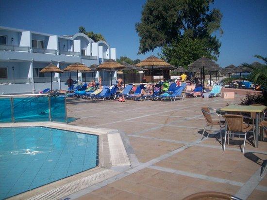 Avra Beach Resort Hotel - Bungalows : rond het zwembad