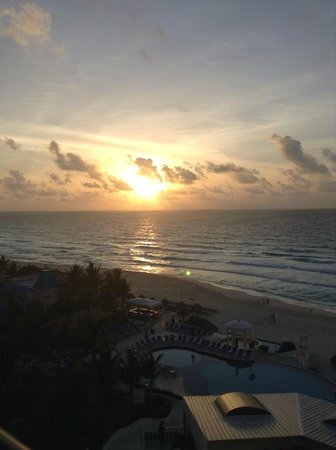 Golden Parnassus All Inclusive Resort & Spa Cancun: AWESOME view from our club room oceanfront balcony sunrise