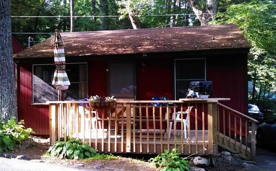 O'Connor's Resort Cottages: Our cabin and deck