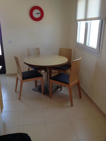 Costa Sal Villas and Suites: Table in Kitchen