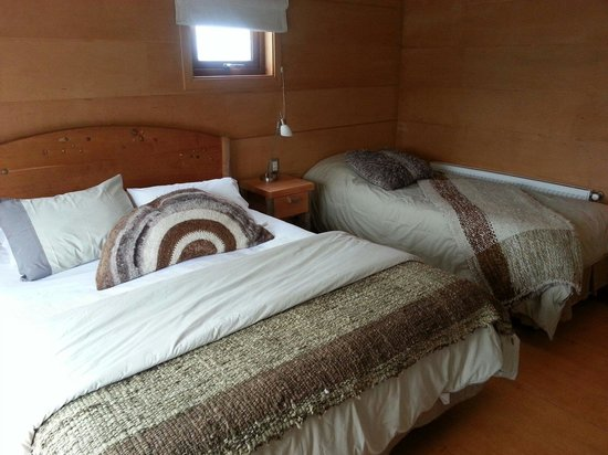Hotel Palafito 1326 : The double and single bed in the tres habitaciones persona (room for three people).