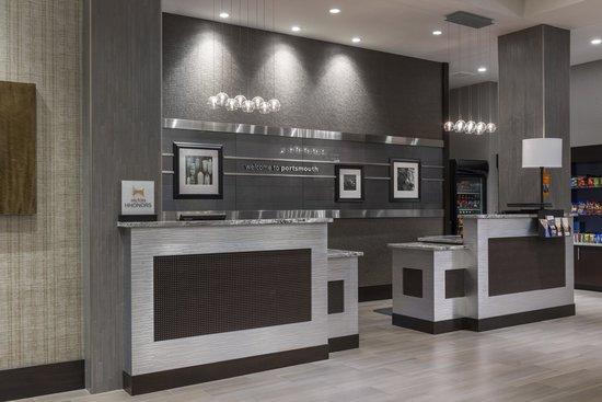 Hampton Inn & Suites Portsmouth Downtown: Front Desk