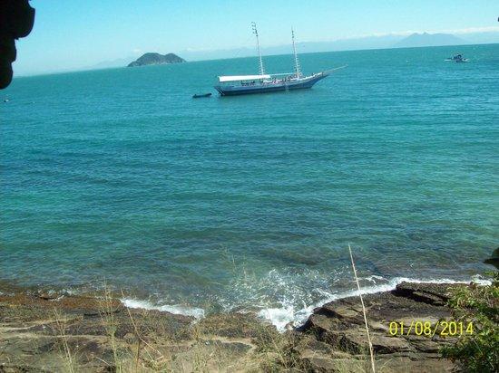 Azeda Beach : Voadeiras e táxi aquático  saem com destino ao centro e praia João Fernandes todo momento.