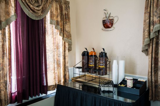 Super 8 Wenatchee: 24 Hours Coffee in lobby
