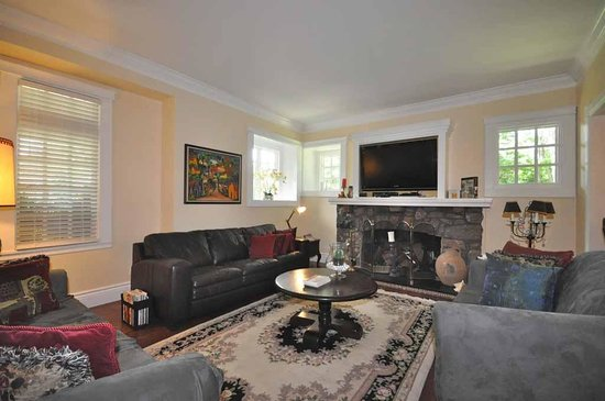 Whispering Pines Cottages and Vacation Rentals: Enjoy a relaxing evening in our sitting area.
