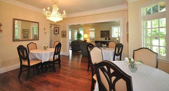 Whispering Pines Cottages and Vacation Rentals: Buffet Breakfast Each Morning