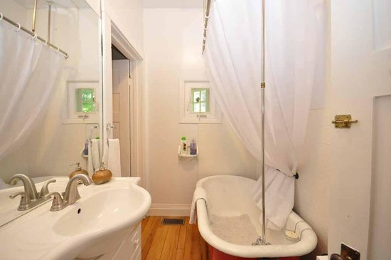 Whispering Pines Cottages and Vacation Rentals: Royal Oak - Ensuite
