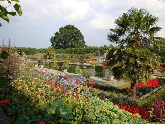 Kensington Palace: Garden was beautiful late July 2014