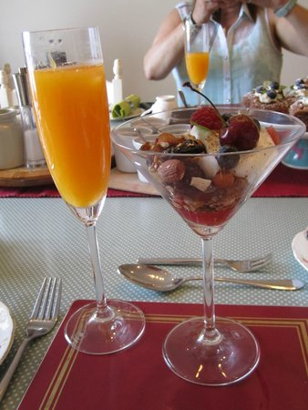 The Herons Rest Boutique Bed & Breakfast : Freshly squeezed orange juice and muesli with fruit and yogurt for breakfast