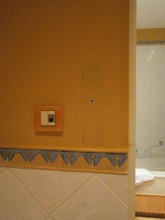 Hotel Alicante Golf: Aunque en la web pone que hay teléfono en el baño, esto es lo que queda de él.
