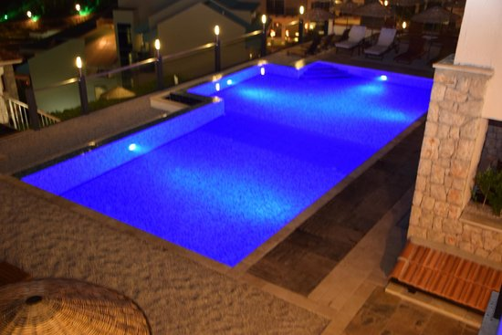 Nirvana Boutique Hotel: Pool by night