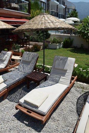 Nirvana Boutique Hotel: Comfy sun beds