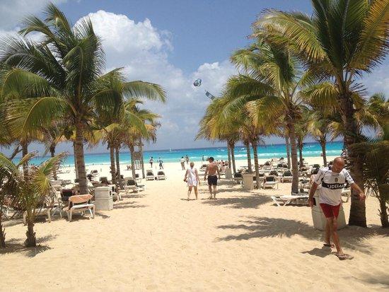 Hotel Riu Playacar: Entrada a al playa desde la zona pileta