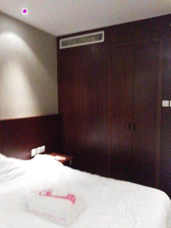 Mercure Wanshang Beijing : Cama e armário
