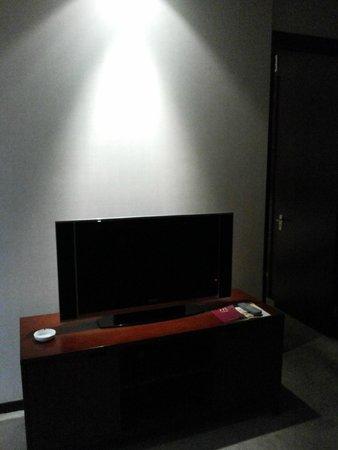 Mercure Wanshang Beijing: Televisor da área de estar do apartamento