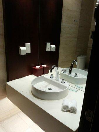 Mercure Wanshang Beijing: Pia com espelho do banheiro da suite