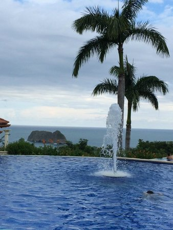 Parador Resort and Spa: View of ocean from pool