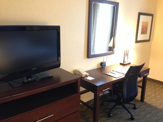 Comfort Suites Turlock : TV & Desk