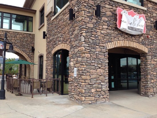 Angel's Share Kitchen & Pub: Patio and entry