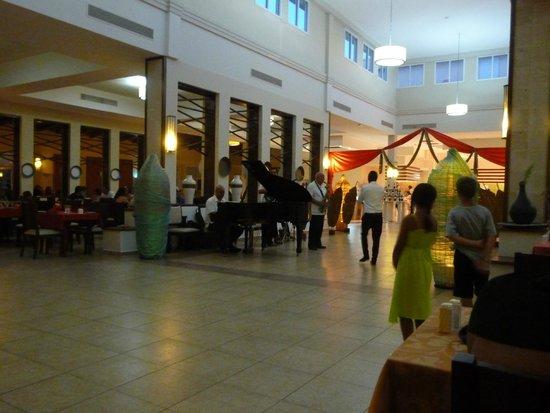 Memories Flamenco Beach Resort : Dining room Entertainment