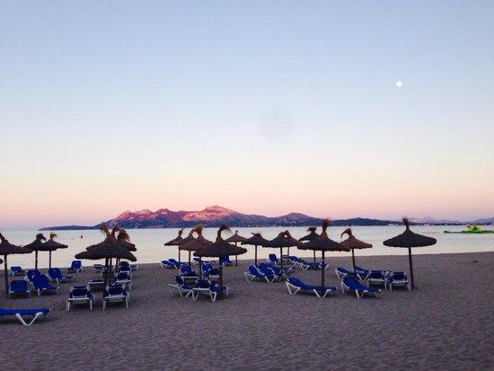 Hoposa Uyal Hotel: Walk along the beach to town (10-15 minute stroll)