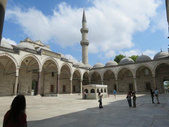 Mezquita de Suleiman o Mezquita de Süleymaniye: Cortile interno