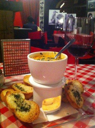 I Famosi Pasta: Mini fondue de quesos italianos, con corazones de alcachofa, espinacas y pimiento Morron