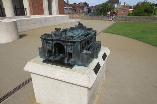 Menin Gate Memorial: A special maquette for the blind to feel, so they can also know how it looks (text in braille)