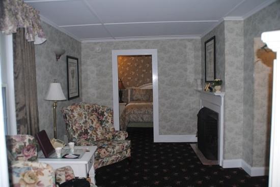 Bar Harbor Manor: seating room in 1 bedroom suite