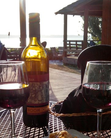 Camano Island Inn: Bistro Deck and Wine